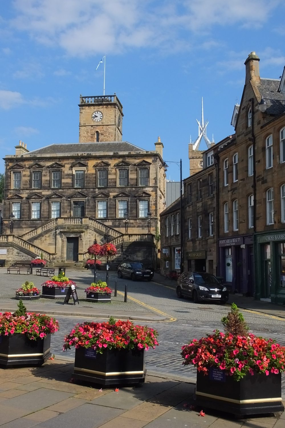 linlithgow town centre buildings and flowers